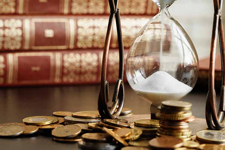 reloj arena con monedas