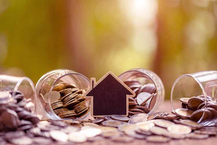 casa madera encima monedas