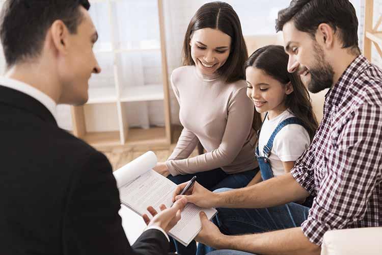familia firma documento al abogado