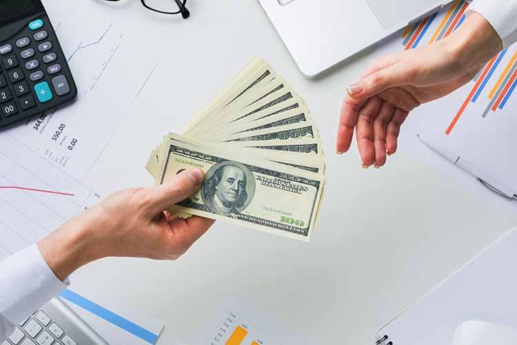 entregar dinero