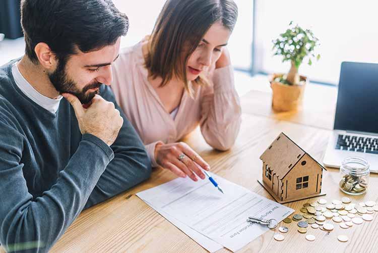 pareja lee contrato vivienda