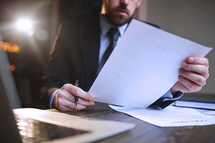 hombre de negocios trabajando con documentacion en escritorio